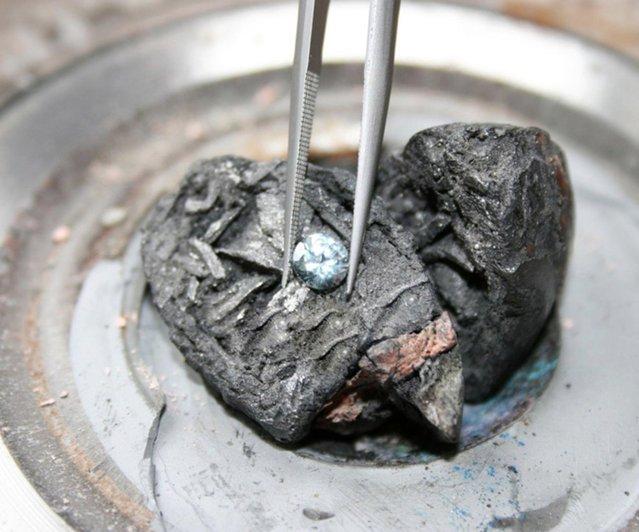 perierga.gr - Εταιρεία μετατρέπει τις στάχτες των νεκρών σε... διαμάντια!