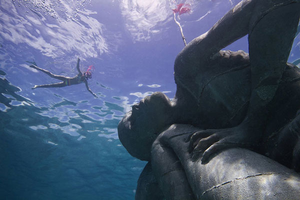 perierga.gr - Το κορίτσι που σηκώνει τον ωκεανό στους ώμους του!