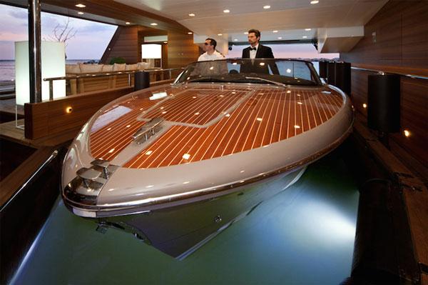 perierga.gr - Το πρώτο σκάφος στον κόσμο με πλωτό γκαράζ!