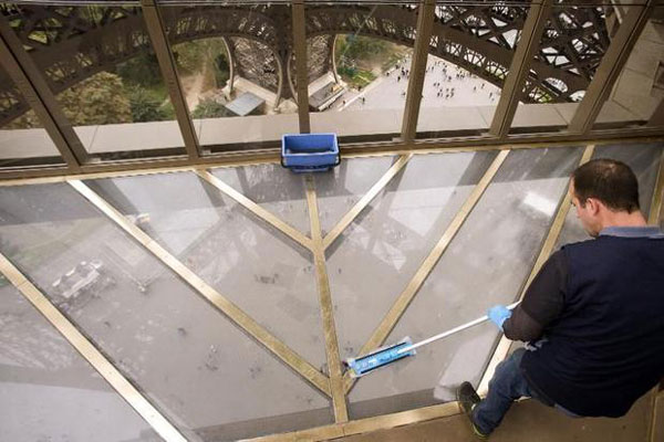 perierga.gr - Νέο γυάλινο πάτωμα στον Πύργο του Άιφελ!