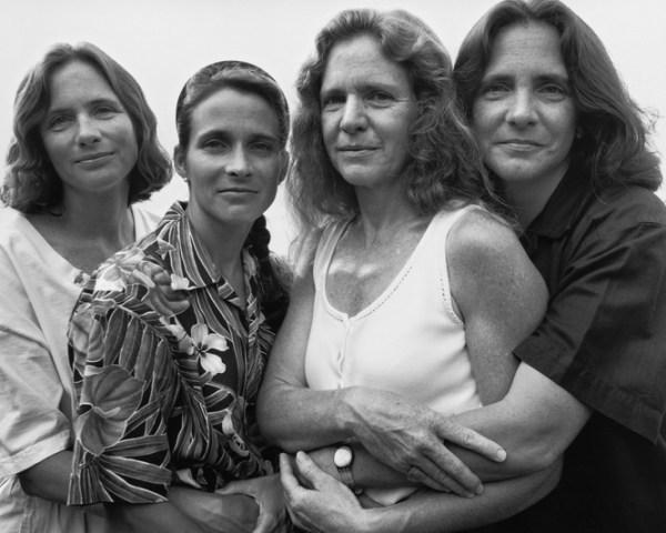 tilestwra.gr - Αδελφές φωτογραφίζονται κάθε 5 χρόνια από το 1975!