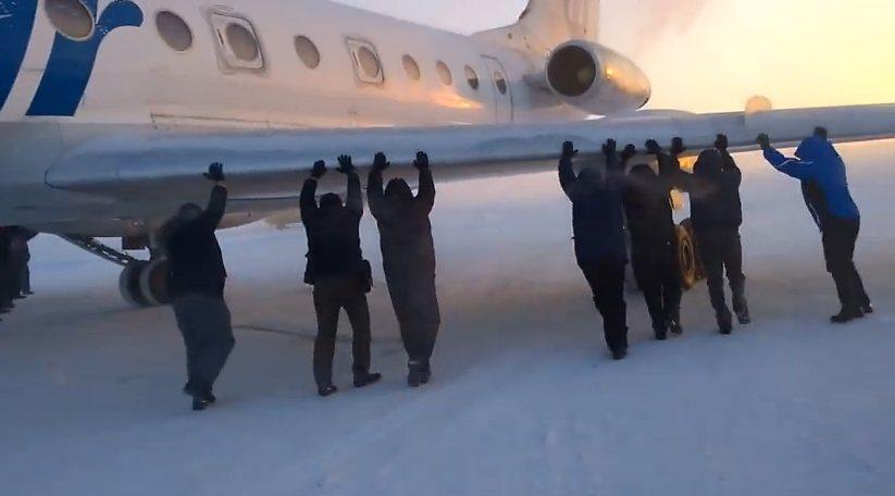 Perierga.gr - Επιβάτες σπρώχνουν τo αεροπλάνο τους να ξεκινήσει!