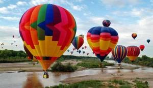 perierga.gr - Πολύχρωμα αερόστατα στον ουρανό (βίντεο)!