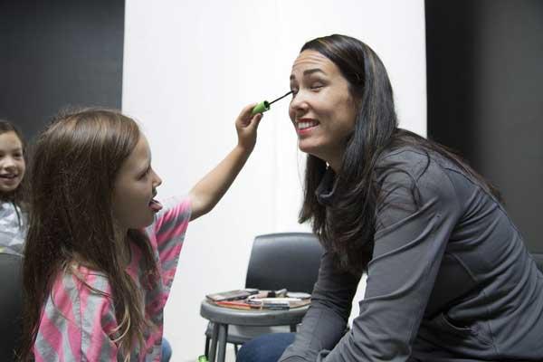 perierga.gr - Κόρες μακιγιάρουν τις μαμάδες τους!