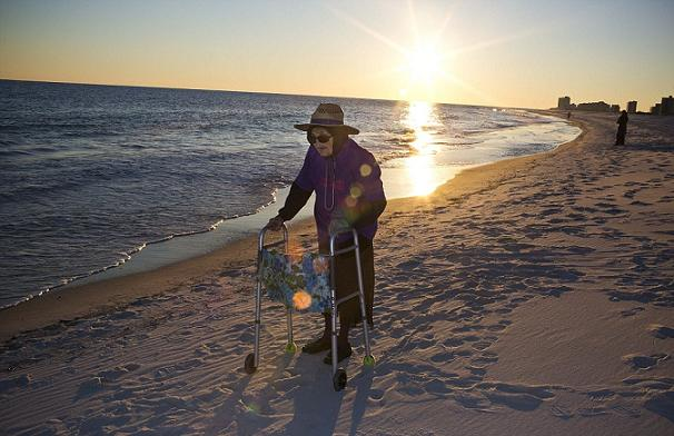 Perierga.gr - Γιαγιά 100 ετών βλέπει για πρώτη φορά τη θάλασσα!