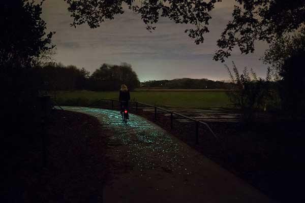 perierga.gr - Φωτεινός ποδηλατόδρομος προκαλεί εντύπωση!