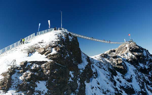 perierga.gr - Πεζογέφυρα ένωσε δύο βουνοκορφές!