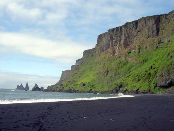 perierga.gr - H παράξενη μαύρη παραλία της Ισλανδίας!