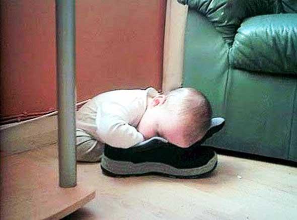 Παιδιά κοιμούνται σε παράξενες στάσεις!