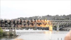 perierga.gr - Κατεδάφιση γέφυρας σε αργή κίνηση!