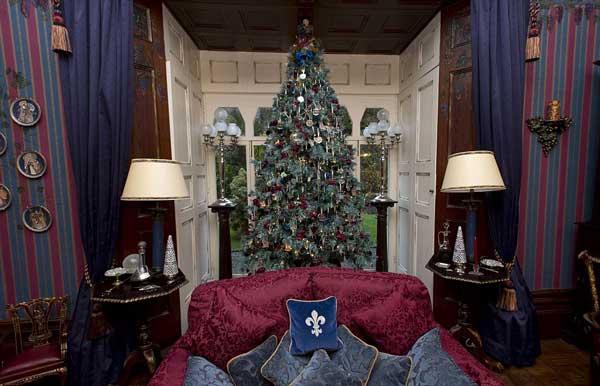 perierga.gr - Στολίζουν 52 δέντρα κάθε Χριστούγεννα!