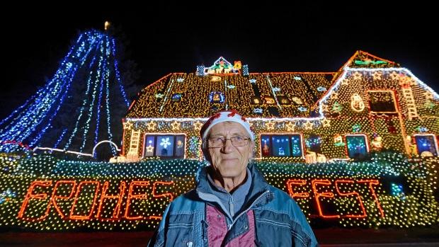 perierga.gr - Γερμανός ξεκίνησε να στολίζει το σπίτι του για τα Χριστούγεννα τον Ιούλιο!