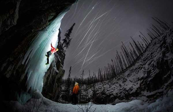perierga.gr - Θεαματική αναρρίχηση τη νύχτα σε παγωμένο καταρράκτη!