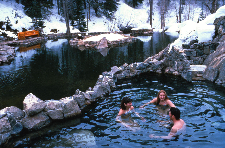 perierga.gr - Καυτό μπάνιο σε... χειμωνιάτικο σκηνικό!
