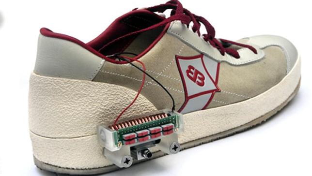 perierga.gr - Παπούτσια με κορδόνια που δένονται μόνα τους!