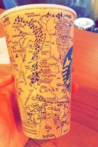 perierga.gr - Ζωγράφισε τη Μέση Γη πάνω στο κυπελάκι του καφέ!