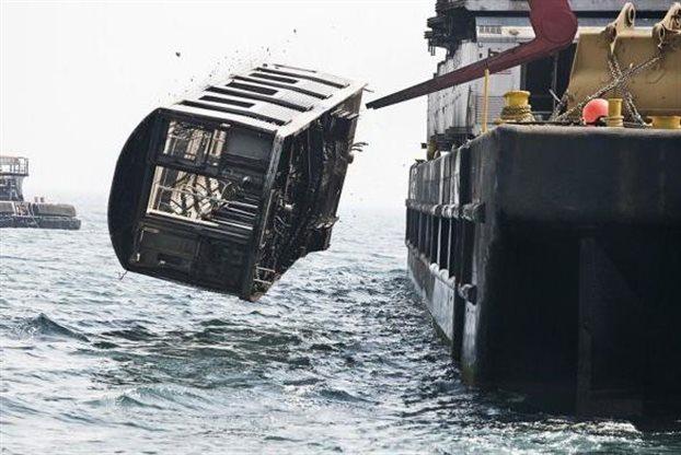 Perierga.gr - Ρίχνουν βαγόνια στον ωκεανό για να γίνουν… ύφαλοι