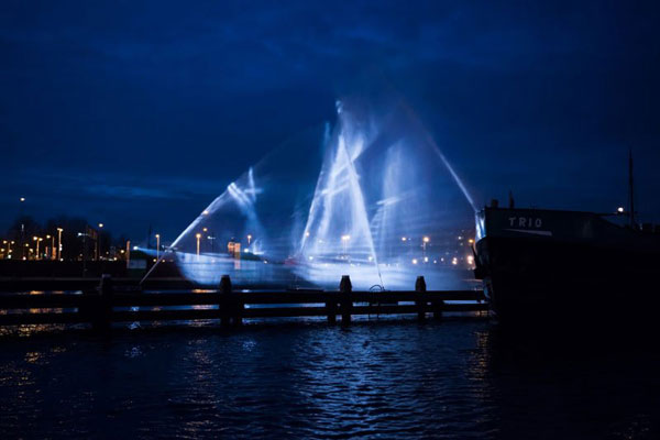 perierga.gr - Πλοίο-φάντασμα από νερό και φως!