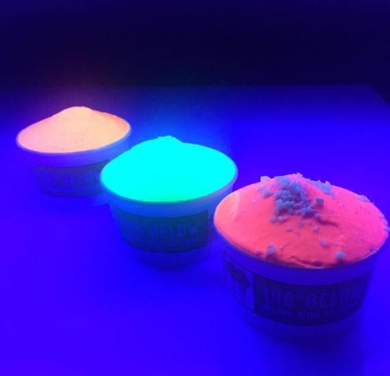 perierga.gr - Παγωτό που φωσφορίζει στο σκοτάδι!