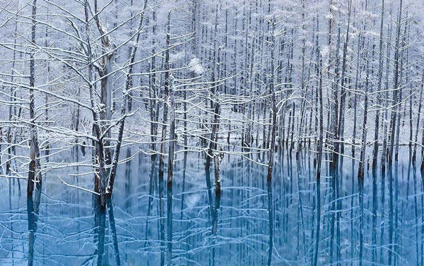perierga.gr - Γαλάζια λίμνη αλλάζει εμφάνιση το χειμώνα!