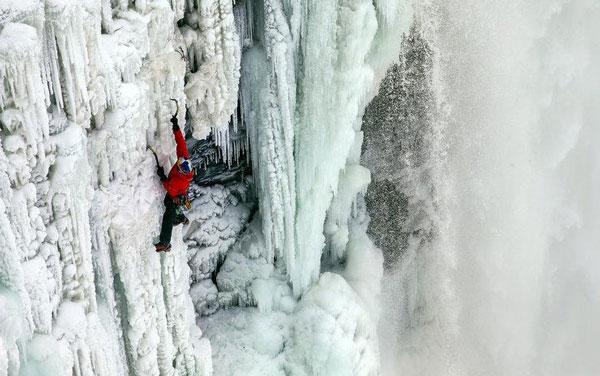 perierga.gr - Σκαρφαλώνοντας στους παγωμένους καταρράκτες του Νιαγάρα!