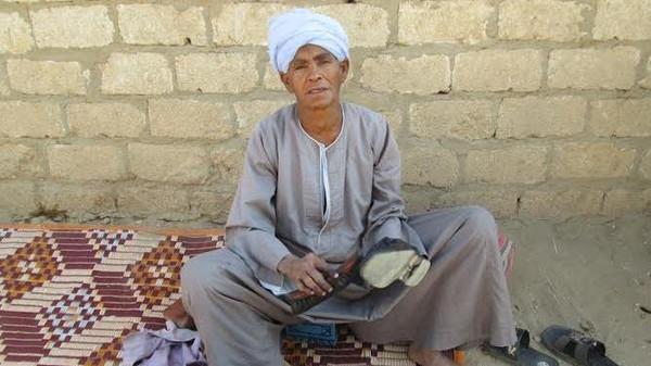 perierga.gr - Αιγύπτια ντυνόταν επί 43 χρόνια σαν άντρας για να ζήσει την κόρη της!