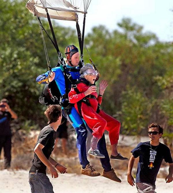 perierga.gr - Γιαγιά 100 ετών κάνει skydiving!