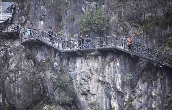 perierga.gr - Τρομακτικό μονοπάτι σε βουνό της Κίνας!