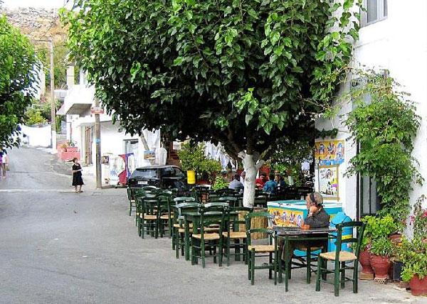 perierga.gr - Σκοτεινό: Το αντικαπνιστικό... χωριό της Κρήτης!