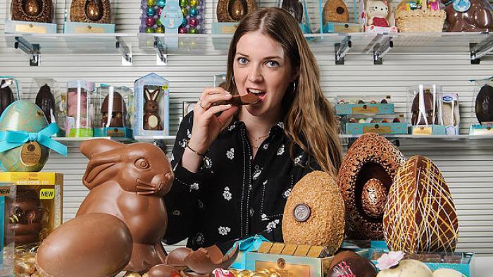 perierga.gr - Πληρώνεται για να τρώει σοκολάτες!