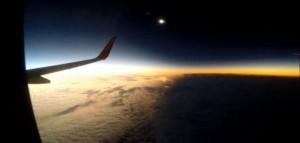 perierga.gr - Η έκλειψη ηλίου της 20 Μαρτίου από τα 35.000 πόδια!