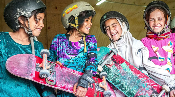 perierga.gr - Στο Αφγανιστάν τα κορίτσια κάνουν σκέιτμπορντ!