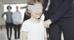 perierga.gr - Μικρά παιδιά ψάχνουν τη μαμά τους με δεμένα μάτια!