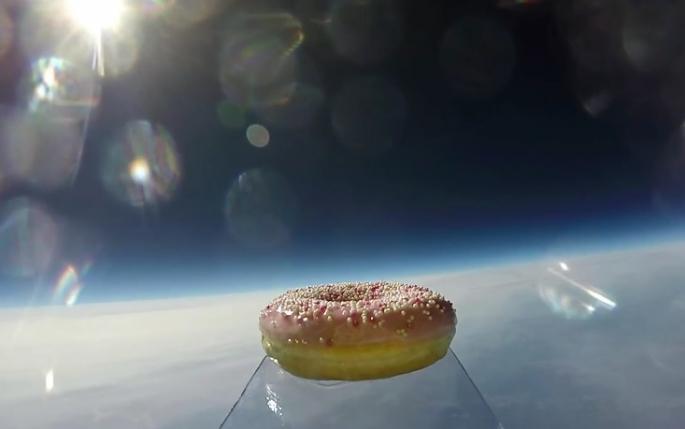 perierga.gr - Ένα ντόνατ ταξιδεύει στο διάστημα!