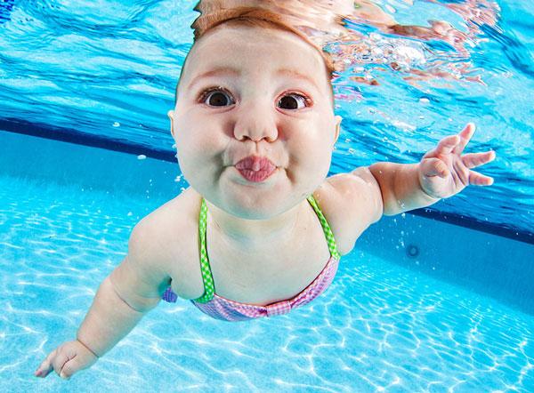 perierga.gr - Μωρά κολυμπούν κάτω από το νερό!
