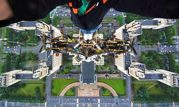perierga.gr - Τρομακτικές selfies στο κενό!