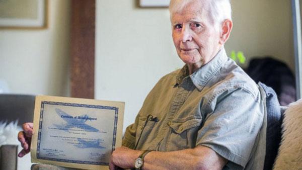 perierga.gr - Ενενηντατετράχρονος πήρε πτυχίο με καθυστέρηση... 75 ετών!