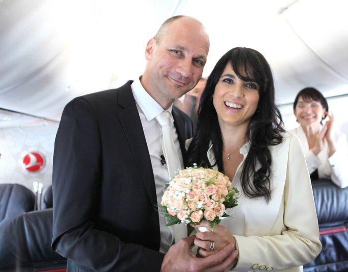 perierga.gr - Παντρεύτηκαν στον αέρα, στην ίδια πτήση που γνωρίστηκαν!