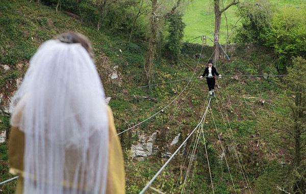 perierga.gr - Ασυνήθιστος γάμος σε τεντωμένο σχοινί!