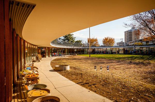 perierga.gr - Σχολείο χωρίς τοίχους & με οροφή... παιδική χαρά!