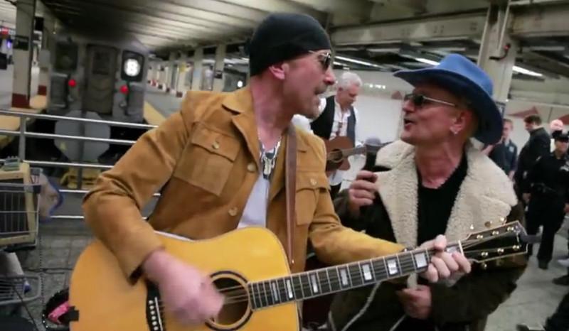 Perierga.gr - Πηγαίνεις στο μετρό και συναντάς τους U2 να τραγουδούν ...μεταμφιεσμένοι!