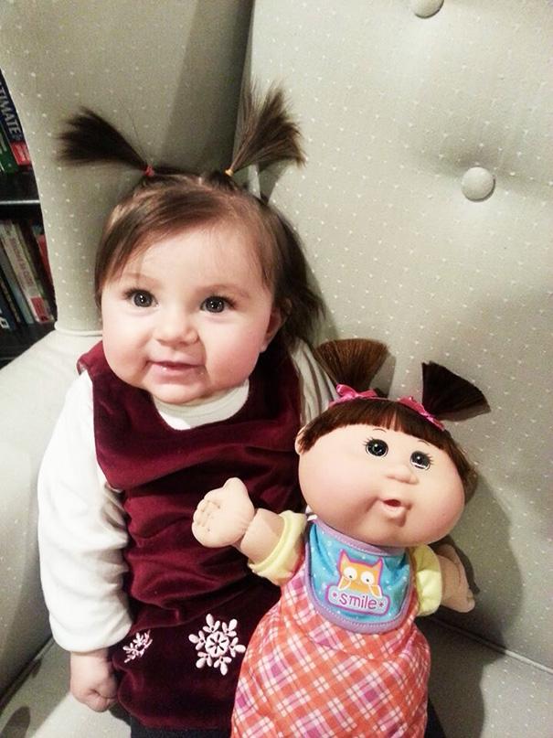 perierga.gr - Μωρά... ολόιδια οι κούκλες τους!