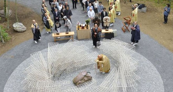 perierga.gr - Ιαπωνικό μνημείο για όσα έντομα... δολοφονήθηκαν από άνθρωπο!