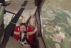 perierga.gr - Μπαμπάς & κόρη σε επείδειξη ακροβατικών στον αέρα!