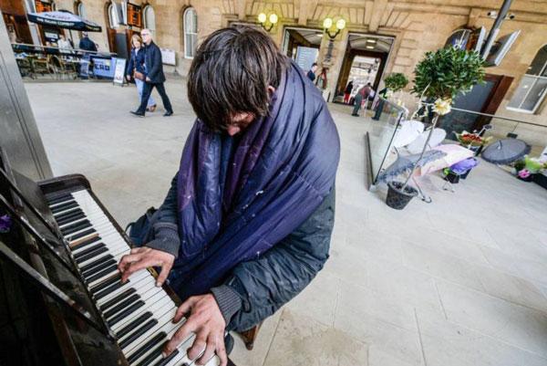 perierga.gr - Άστεγος παίζει πιάνο στο Μετρό και συγκινεί!