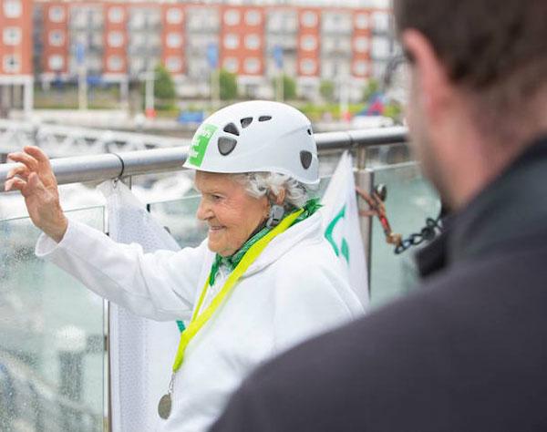 perierga.gr - Σούπερ γιαγιά 101 ετών κάνει αναρρίχηση!
