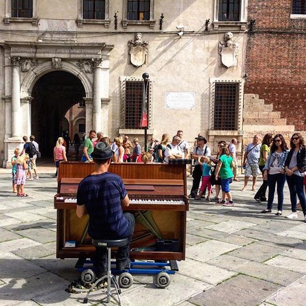 perierga.gr - Παίζοντας πιάνο στα πιο απίθανα σημεία του κόσμου!
