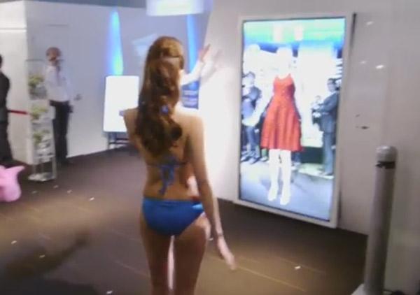 Perierga.gr - Καθρέφτης μας επιτρέπει να δοκιμάζουμε ρούχα χωρίς να τα φοράμε!