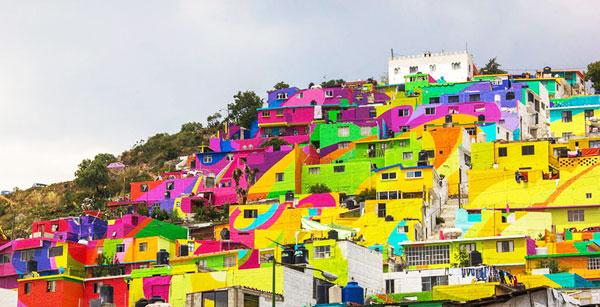 perierga.gr - Καλλιτέχνες έβαψαν πολύχρωμο ένα χωριό!