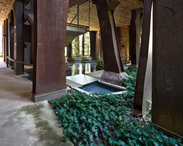 Perierga.gr - Ένα εντυπωσιακό κτήριο που... φιλοξενεί 150 δέντρα!
